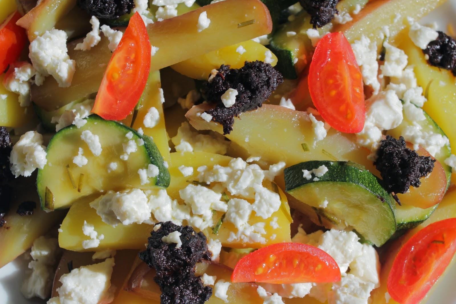 Kartoffelpfanne, Schafskäse, schwarze Olivenpaste, Tomaten, Zucchini