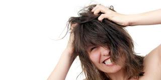 7 Hal Yang Menyebabkan Ketombe Pada Rambut