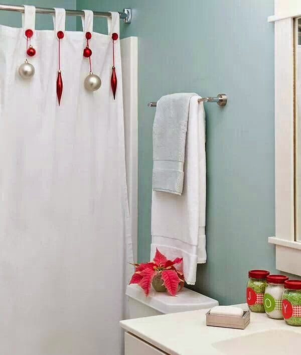 Cortinas De Baño Con Diseno Navideno: un pequeño adorno floral rojo y esferas sobre la cortina de la ducha