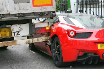Nahas, Supir Truk Tabrak Ferrari yang Terparkir