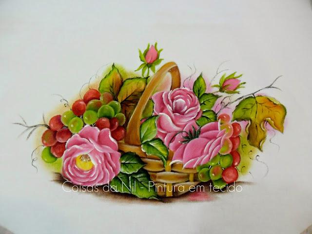 cesto com rosas e uvas pintadas em tecido