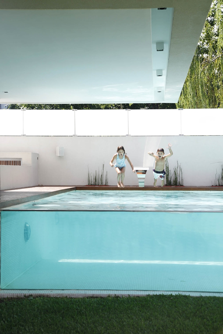 Modern pool in Modern Villa Devoto by Andres Remy Architects