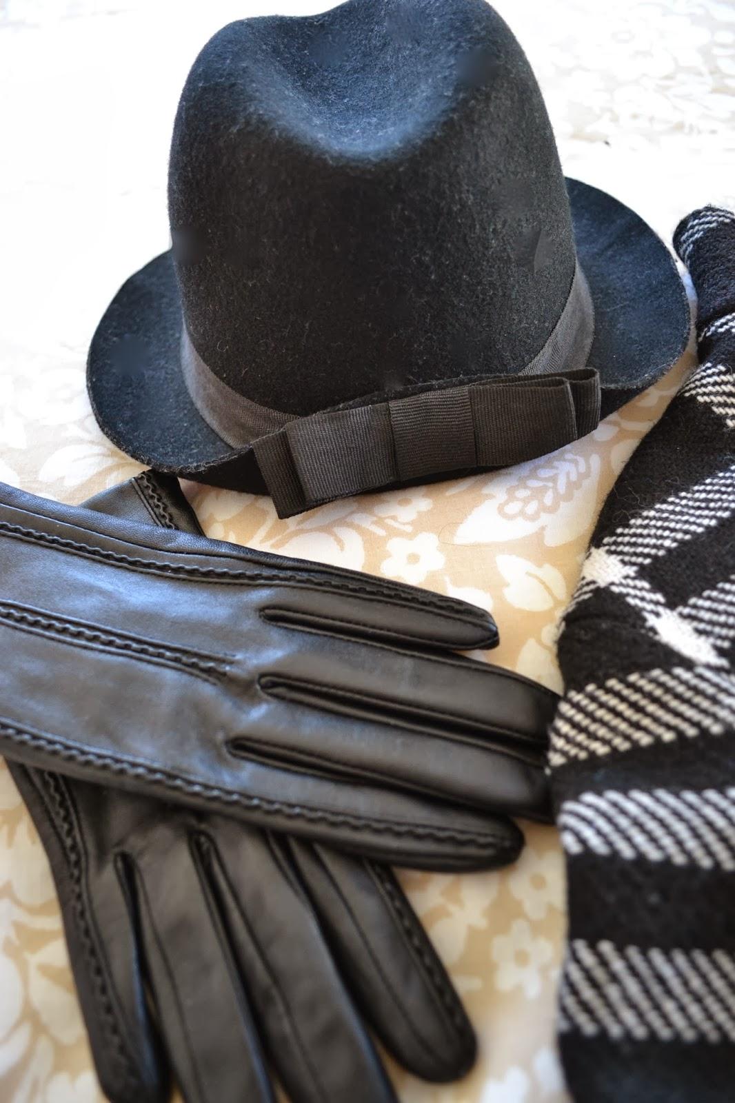 Mango, abrigo a cuadros en blanco y negro, sombrero y guantes de piel