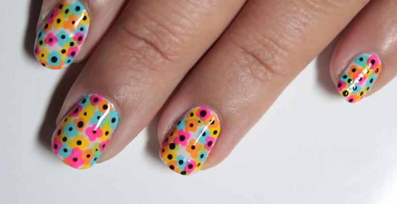 Diseño de uñas estilo flores de colores