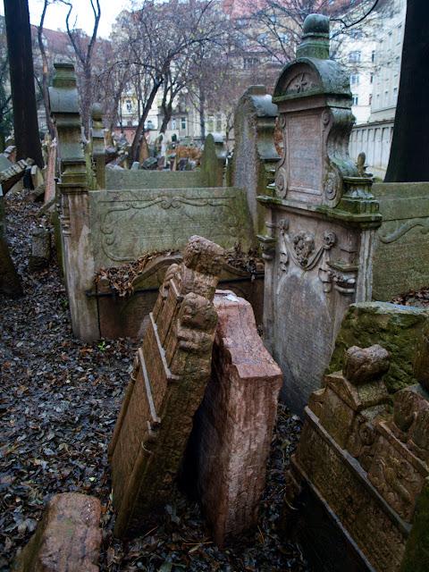 Lápidas decoradas en el cementerio judio de Praga