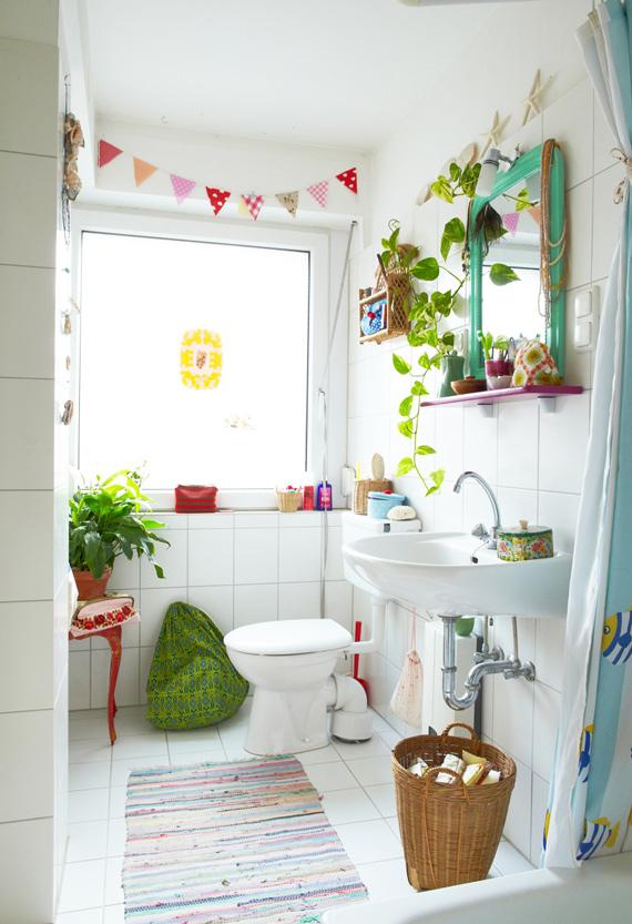 decoracao banheiro diy:Cor no espelho: Espelhos com moldura no banheiro são puro charme