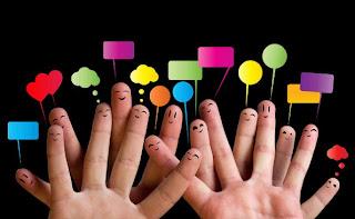 Socializar- dedos imitando pessoas com diversos balões de falas coloridos