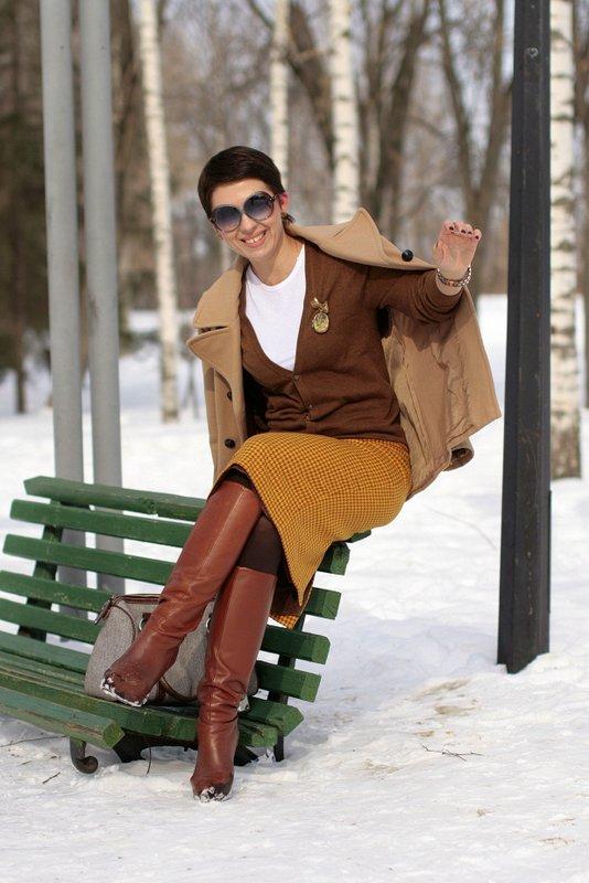 Заглянуть женщинам под юбку на скамейке