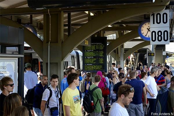 tågpassagerare, tågförsening, fullt på stationen