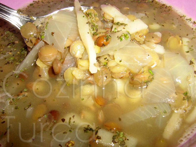 Sopa de Lentilhas Verdes com Massa Artesanal (Erişteli Yeşil Mercimek Çorbası)