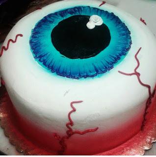 Frosted art eyeball cake halloween cake decorating for Art cake decoration