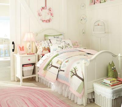 Hermosa habitación de niña con vistosas camas de Pottery Barn Kids ...