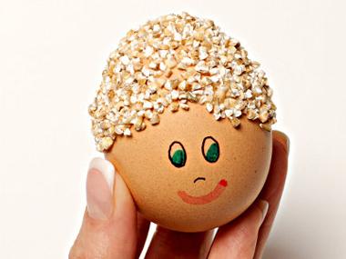 Яйце за Великден - Човече с лепило от вода и брашно