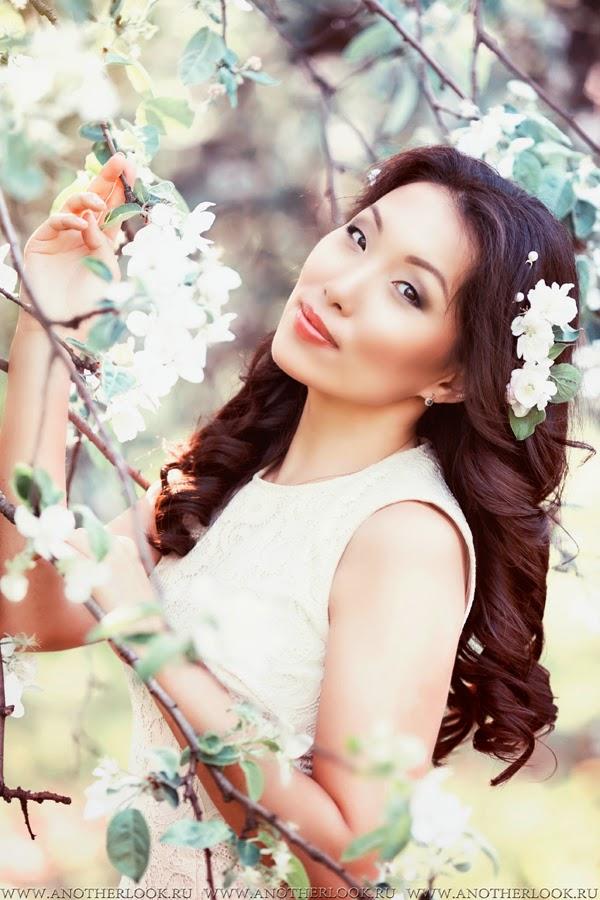 красивая девушка в яблоневом саду