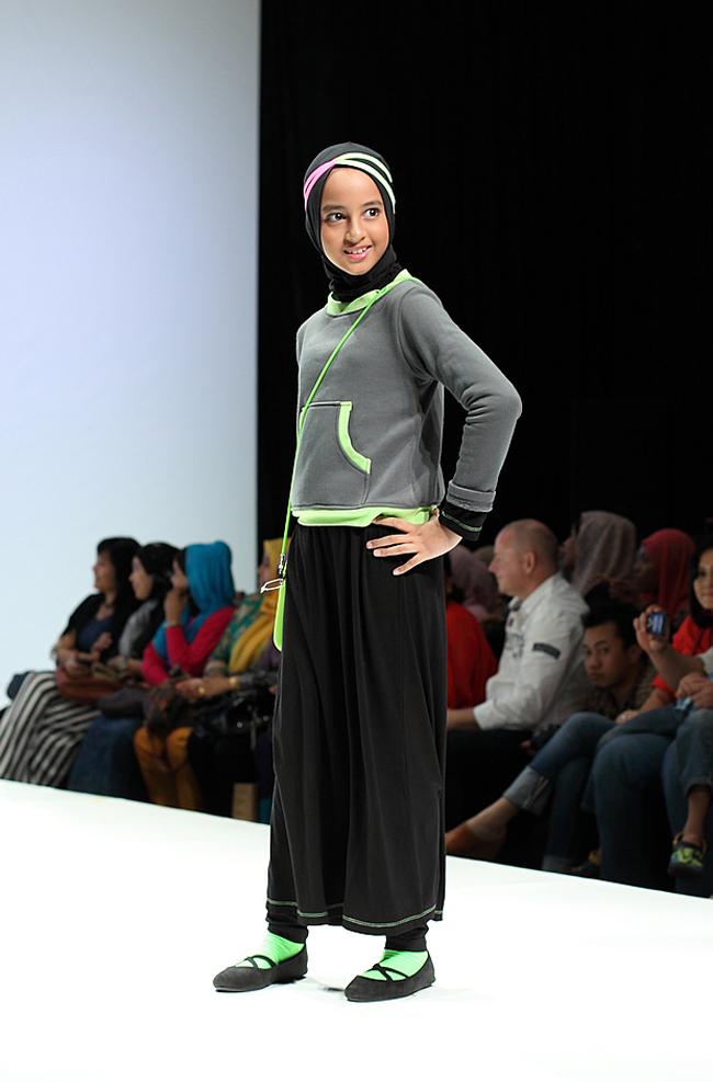 hijab cantik aksi hijaber kecil di atas catwalk