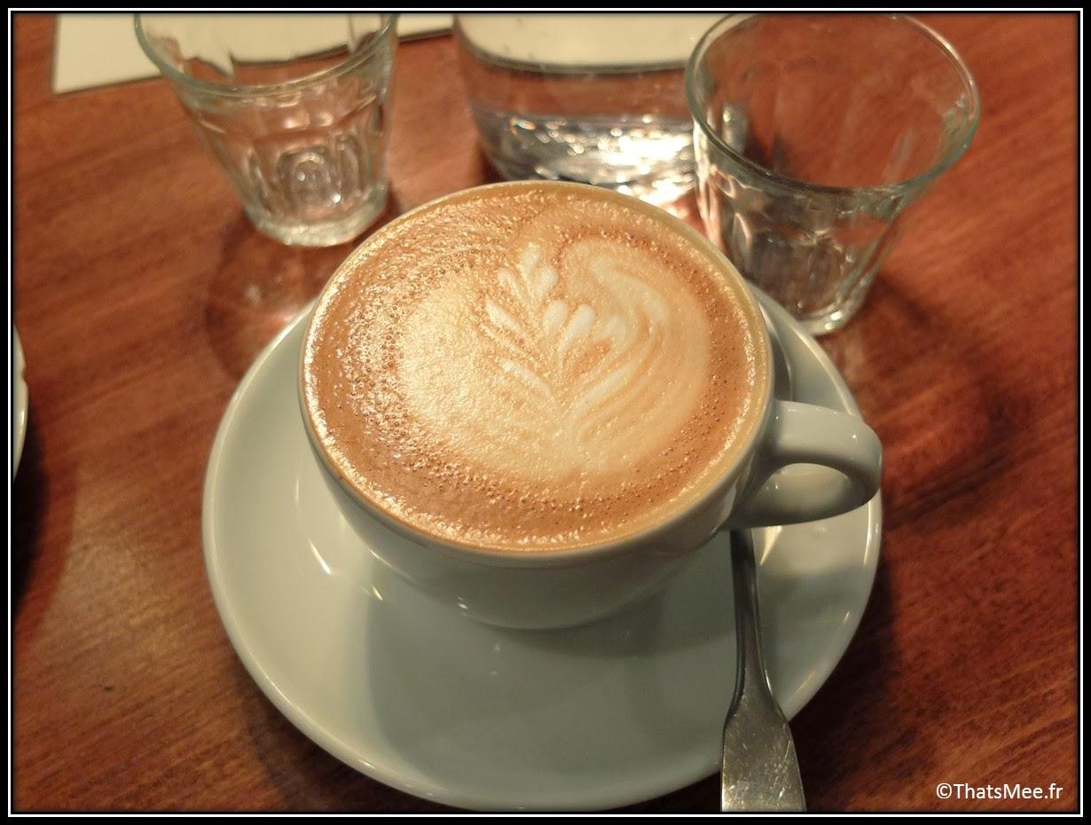 Cafe Loustic coffee shop rue Chapon Paris déco cosy Marais , café enseigne lumineuse vintage, café latte dessin feuille