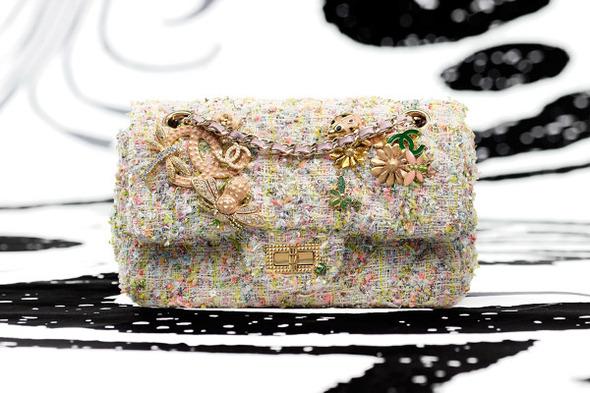 В линии Mademoiselle представлены сумки нескольких размеров с короткими ручками из кожи или в виде цепочек...