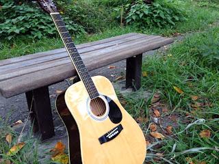 ギターとベンチ