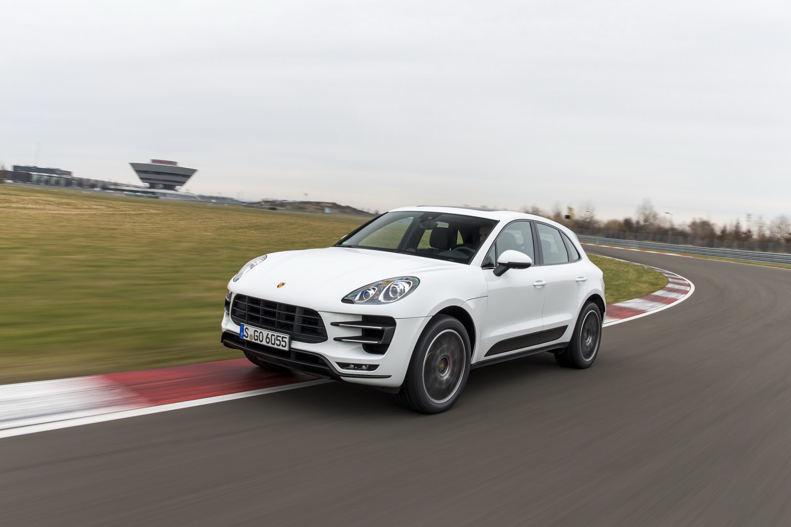 Porsche issues precautionary worldwide recall of macan s and turbo