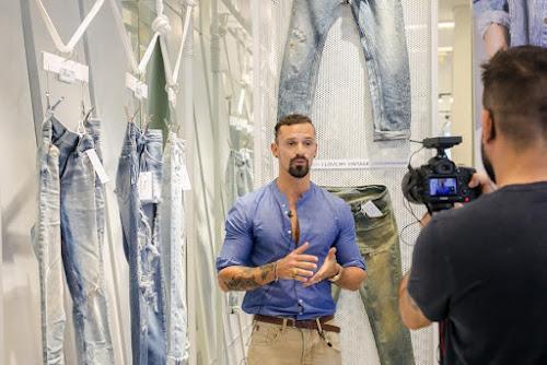 Davide Vagnetti apresenta inovações de lavanderia no evento da nova coleção da vicunha têxtil