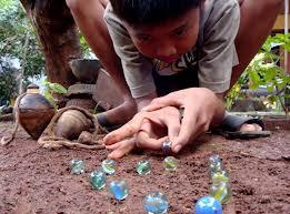 bermain gundu kelereng adalah salah satu permainan tradisional
