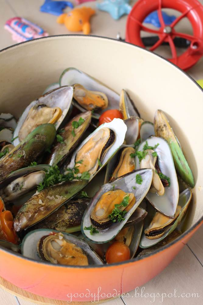 GoodyFoodies: Recipe: Steamed Mussels with Sake and Cherry Tomatoes