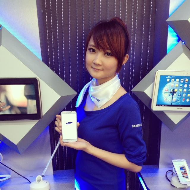 Pretty Samsung ladies showcasing the Samsung Galaxy S4