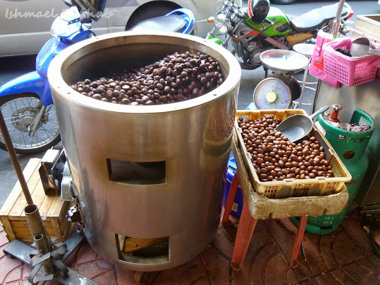 Castañas or chestnuts being roasted at Yaowarat Road