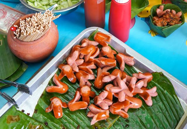 Saucisses Thai au marché flottant d'amphawa