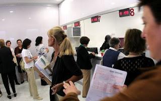 Pazienti in fila allo sportello per pagare il Ticket