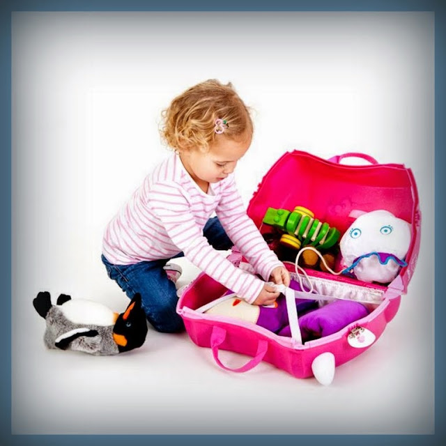 Niña preparando su propio equipaje dentro de una maleta Trunki