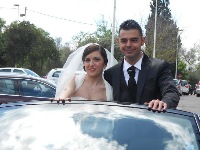 Consuelo e Raimondo sposi con lo sponsor auto nuziale