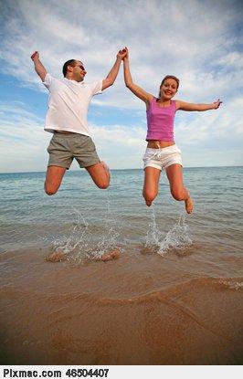 девушки прыгают на парне-хл2