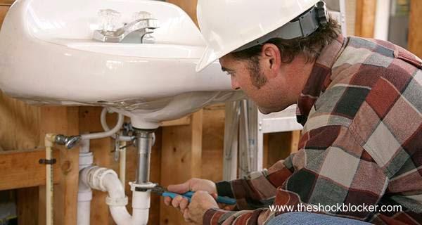 Trabajo de fontanería en un lavamanos de baño nuevo