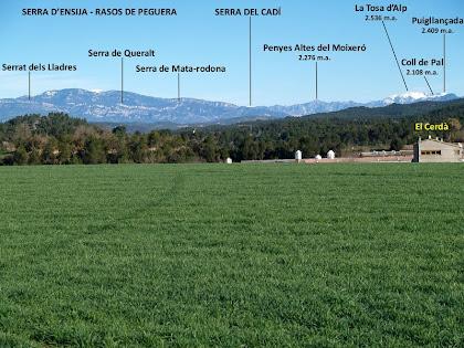 Panoràmica de la Serra d'Ensija, el Cadí, les Penyes Altes del Moixeró i la Tosa, obtinguda des del Pla de Vilamajor