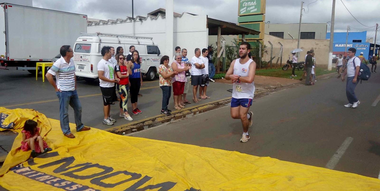 Foto 143 da 1ª Corrida Av. dos Coqueiros em Barretos-SP 14/04/2013 – Atletas cruzando a linha de chegada