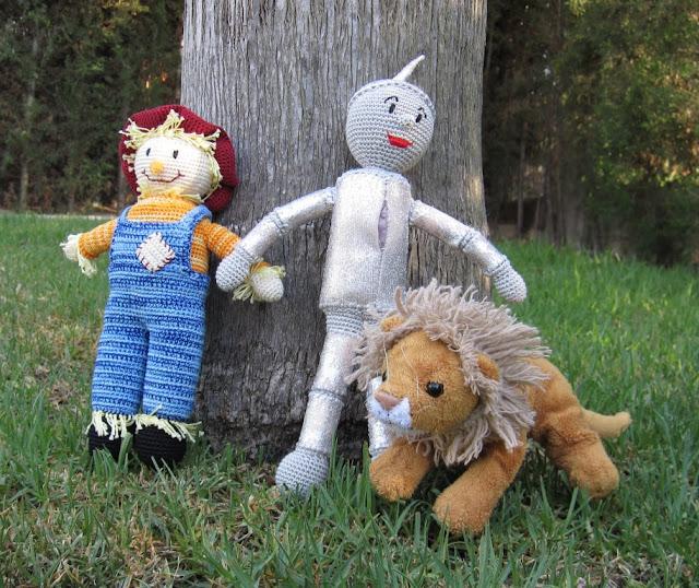 El espantapájaros, el hombre de hojalata y el león.