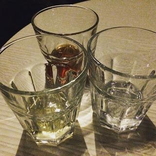 kolme lasia erilaisia viinaksia