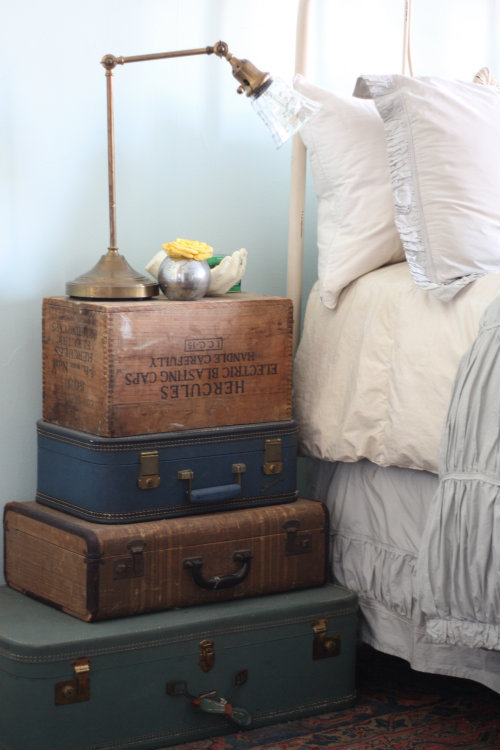 Superbe Yep, Those Are Stacked Vintage Suitcases And A Wooden Crate Making Up This Bedside  Table U2014 And We Love The Way It Turned Out: