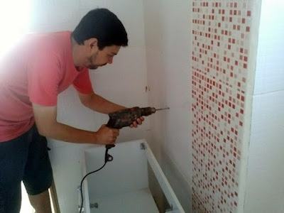Instalando gabinete de banheiro