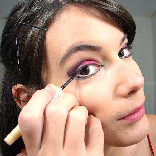 monika sanchez delineando ojos para disfraz de diablesa en carnaval