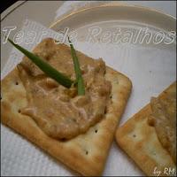 Biscoito cream cracker com patê de berinjela.
