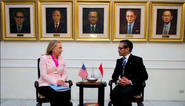 Menteri Luar Negeri Indonesia Marty Natalegawa (kanan) dan Menteri Luar Negeri AS Hillary Clinton (kiri) Membahas Penyelesaian Konflik Laut China Selatan
