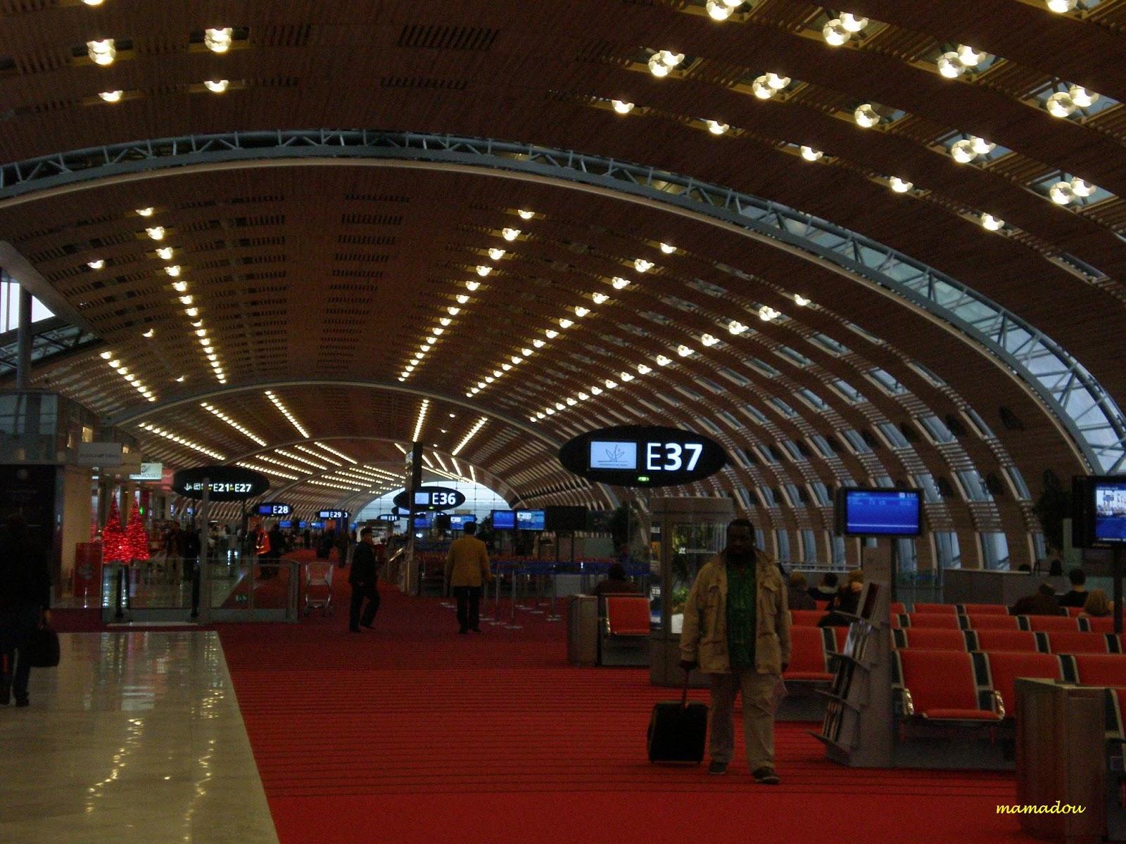 http://1.bp.blogspot.com/-fLPwm94_zpE/TgGoPmDl2WI/AAAAAAAAAlE/f8rId7crENw/s1600/charles-de-gaulle-airport-terminal-2e.jpg