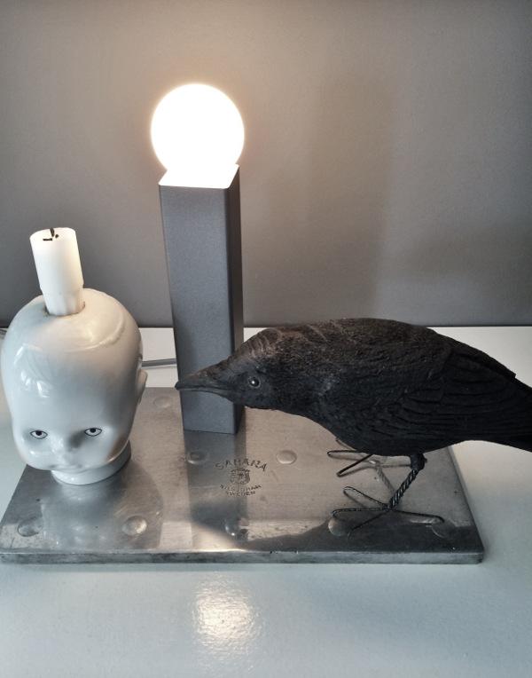 little joseph, stålplatta, lampa, korp, handsnidad fågel, bengt karlsson, handsnidade fåglar, korpar, webbutik, webbutiker, webshop, ljusstake,