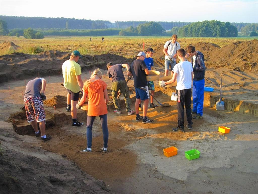Stone age hunter gatherer camp studied in poland the for Camp stone