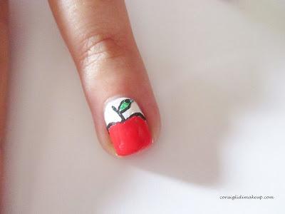 mela rossa unghie