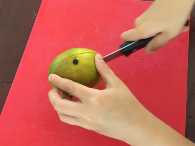 how to cut a mango with a glass