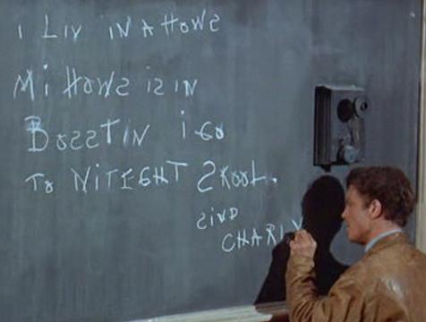Charly (Cliff Robertson) escribiendo en la pizarra durante las clases nocturnas - Cine de Escritor