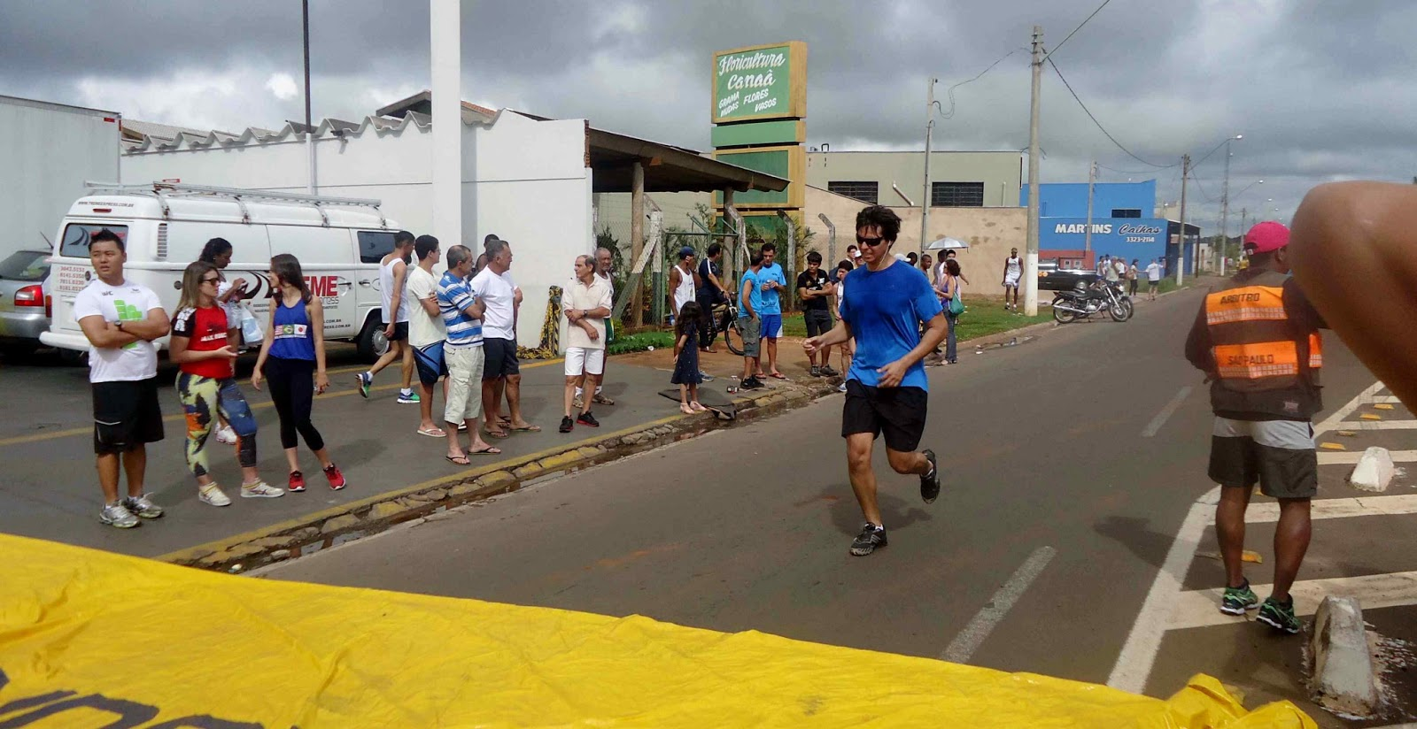 Foto 169 da 1ª Corrida Av. dos Coqueiros em Barretos-SP 14/04/2013 – Atletas cruzando a linha de chegada